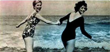 תמונה של 2 נשים בבגד ים, אוחזות יד ביד. התמונה מיושנת וממחישה את המהפכה הנשית.