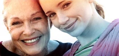 תמונה של אישה מבוגרת לצד נערה. התמונה ממחישה את ההיסטוריה של o.b. וכיצד הטמפון עזר לשפר את איכות חייה של האישה בתקופה של 60 שנה