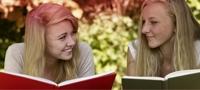 תמונה של שתי נערות הקוראות ספר. התמונה ממחישה את המיתוסים הרבים הקיימים סביב המחזור החודשי.