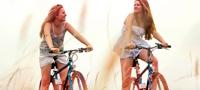 תמונה של 2 נערות הרוכבות על אופניים. התמונה ממחישה שניתן לעשות הכל גם בתקופת המחזור החודשי: שחיה, אופניים, ריצה וכד'.