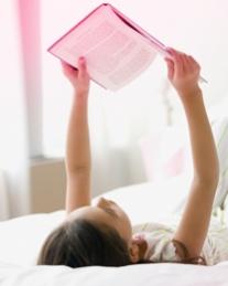 תמונה של אישה השוכבת על גבה וקוראת עיתון. התמונה ממחישה של O.b. יש את הפיתרון לשאלות רבות וכי ניתן למצוא את התשובות באתר שלנו